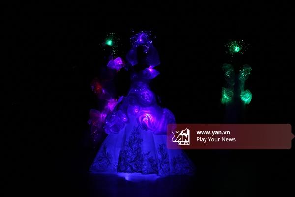 3 thiết kế sử dụng đèn led làm hiệu ứng ánh sáng khá độc đáo. Chân dài Hương Ly - Quán quân Vietnam's Next Top Model 2015 giữ vai trò vedette cho bộ sưu tập này.