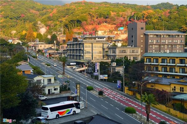 Điều ấn tượng nhất đối với du khách khi đến xứ sở Phù Tang là sự nghiêm túc, ý thức cộng đồng cao. Không ai hút thuốc lá hay vứt rác, bôi bẩn ngoài đường. Thậm chí, nếu bạn quên đồ cũng không lo mất cắp, trừ phi bị người nước ngoài cuỗm mất. Trong ảnh là thành phố Fukuoka, miền Nam Nhật Bản.
