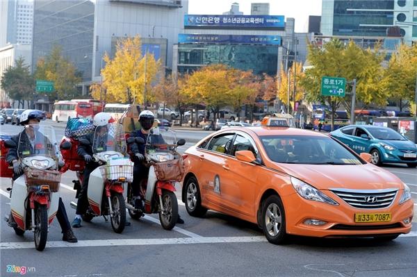 2. Hàn Quốc: Hệ thống taxi tại thủ đô Seoul có ba loại với màu: trắng, đen và cam. Chi phí đi xe phụ thuộc vào quãng đường và thời gian. Đối với taxi bình dân (màu trắng), thông thường giá tiền 2400 won cho 2 km đầu tiên (khoảng 48.000 đồng) cho 2 km đầu tiên và tăng thêm 100 won cho mỗi 100 m tiếp theo. Nếu bạn có yêu cầu đi chậm dưới hơn 15 km/h, phải trả thêm 100 won cho 25 giây.Taxi màu đen là loại cao cấp, chỗ ngồi rộng rãi, chất lượng phục vụ tốt. Giá của loại này là 4.500 won cho 3 km đầu tiên và 200 won cho mỗi 150 m tiếp theo. Nếu bạn muốn đi chậm dưới 15 km/h, phải trả thêm 200 won cho 39 giây. Với những hãng taxi có màu vàng, tài xế có khả năng nói tiếng Anh khá thành thạo. Đi loại taxi này, du khách có thể mặc cả giá tuy nhiên, tài xế có quyền chở thêm người ở dọc đường, chi phí thông thường được tính theo thời gian và khách có thể được thanh toán bằng tiền mặt hoặc thẻ tín dụng quốc tế.