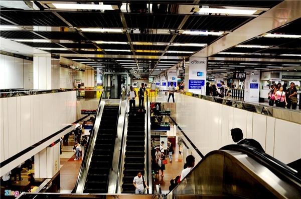 3. Singapore: Singapore là một nước hiện đại không kém so với Hàn Quốc, Nhật Bản về hạ tầng giao thông cũng như xây dựng. Điều ấn tượng nhất ở đảo quốc sư tử cũng là hệ thống vận tải công cộng với những ga tàu điện ngầm hiện đại, sạch sẽ, rộng mênh mông dưới lòng đất.