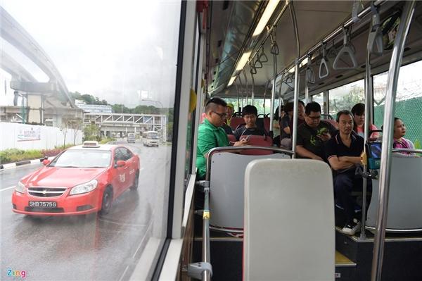Ngoài tàu điện ngầm, khi di chuyển ở Singapore, người dân và du khách cũng có thể chọn xe bus hoặc taxi. Cùng một hệ thống thẻ quẹt, chủ thẻ có thể dùng chung giữa tàu điện ngầm MRT và xe bus với chi phí khá rẻ.