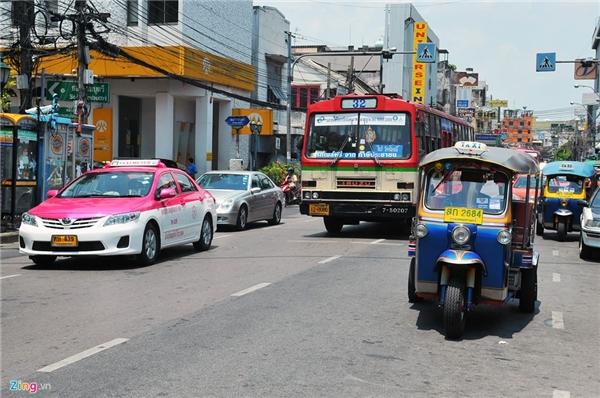 4. Thái Lan: Điểm nổi bật của giao thông Thái Lan là hệ thống vận tải bằng xe tuk tuk. Mức giá trung bình cho những cung đường gần nhau dao động từ 50 đến 100 baht một người (70.000 đồng), xa hơn từ 150 đến 250 baht một người. Ngoài ra, người dân cũng có thể lựa chọn tàu điện, taxi, xe bus, xe ôm hoặc ôtô cá nhân. Điểm đáng lưu ý ở thủ đô Bangkok và các thành phố lớn khác tại Thái Lan, taxi thường sử dụng nhiên liệu là gas thay cho xăng nên chi phí đi lại khá rẻ.