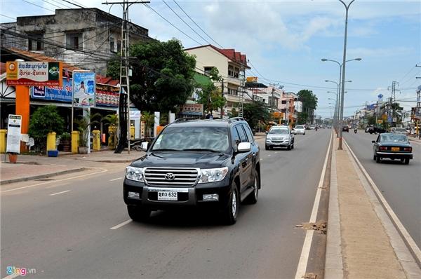 5. Lào: Hệ thống giao thông tại một số thành phố ở Lào có nhiều nét giống Thái Lan. Phương tiện di chuyển chính của người dân là xe cá nhân và tuk tuk. Xe máy cũng nhiều nhưng không đông như ở Việt Nam.