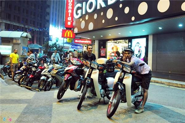 6. Malaysia: Cũng như ở Việt Nam, Thái Lan, thủ đô Kuala Lumpur, Malaysia xuất hiện nhiều người hành nghề xe ôm kiếm sống. Họ sử dụng các loại xe như Dream, Wave, Sirius, Jupiter để chở khách bất kể ngày đêm. Malaysia là nước văn minh, cơ sở hạ tầng giao thông khá hiện đại nhưng thủ đô nước này vẫn bị tắc đường như cơm bữa, có lúc đêm khuya xe vẫn ùn ứ ở trung tâm thành phố.