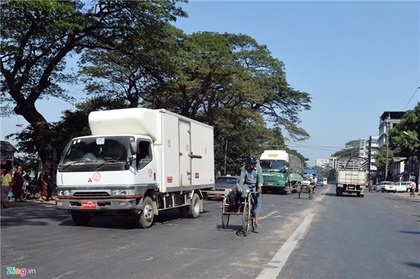 7. Myanmar: Trên ảnh là đường phố tại thủ đô Yangon. Đất nước này có hệ thống giao thông khác nhiều so với nhiều quốc gia khác trên thế giới. Ôtô sử dụng cả tay lái thuận lẫn nghịch cùng lưu hành. Trên các làn đường, xe thô sơ đi ở giữa, ôtô đi hai bên. Xe máy được sử dụng khá nhiều nhưng tuyệt đối bị cấm lưu thông ở trung tâm thành phố.