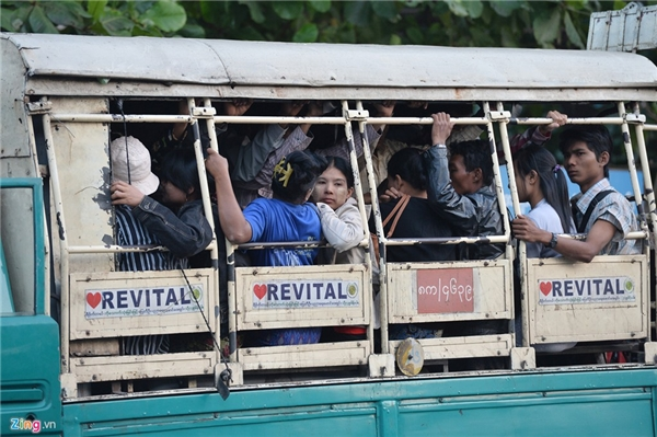 Phương tiện di chuyển công cộng chủ yếu của người dân Myanmar là những chiếc xe tải có thùng với hai hàng ghế, mỗi hàng 7 hành khách. Tuy nhiên, có tới hàng chục người leo lên đứng khổ sở, thậm chí đu bám phía sau xe với mục đích làm sao nhanh tới nơi cần đến. Trước năm 2009, chính quyền Myanmar cấm nhập khẩu ôtô nên đa số xe hơi tại nước này đều là xe cũ (sản xuất trong thập niên 1950, 1960), chủ yếu xuất xứ từ Nhật Bản. Bắt đầu từ năm 2010 trở lại đây, các công ty tư nhân được phép nhập khẩu xe, giúp cho chủng loại, chất lượng xe tại Myanmar đa dạng hơn.