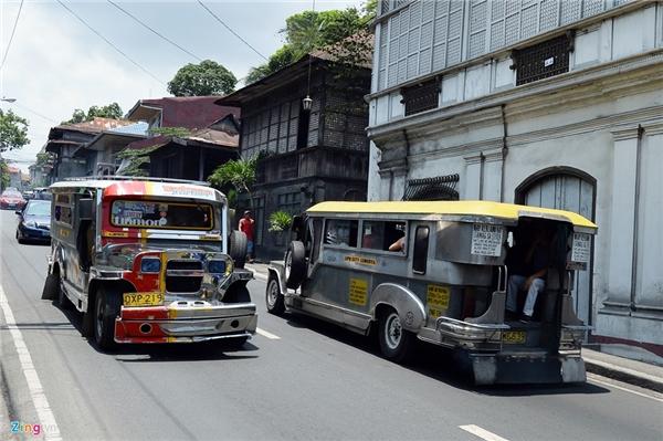 8. Philippines: Nét khác biệt với các quốc gia khác của Philippines là sự lưu hành của những chiếc xe Jeepney. Dòng phương tiện vận tải công cộng này vốn được cải tiến từ xe Jeep của quân đội Mỹ bỏ lại sau chiến tranh, từ lâu đã là phương tiện giao thông công cộng phổ biến nhất, đồng thời cũng là biểu tượng của người dân Manila. Jeepney hoạt động từ 6-18h theo tuyến giống như xe buýt ở Việt Nam. Tuy nhiên, nếu khách có nhu cầu thỏa thuận riêng vẫn có thể thuê xe chạy vào buổi tối. Giá cước vận chuyển tính theo đầu người là 8 peso (khoảng 4.000 VND) cho 4 km đầu tiên và 50 cent cho mỗi km tiếp theo.