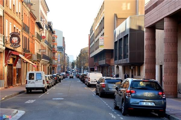 9. Pháp: Về quy hoạch giao thông ở châu Âu, không có điểm nào để phê phán về hạ tầng lẫn ý thức con người nơi đây. Tại thành phố Toulouse, miền Nam nước Pháp cũng như thủ đô Paris, ôtô cá nhân được sử dụng nhiều nhưng không bị thiếu bãi đỗ. Hai bên vỉa hè dọc các con phố dù to hay nhỏ thường được tận dụng làm nơi đậu xe hơi.