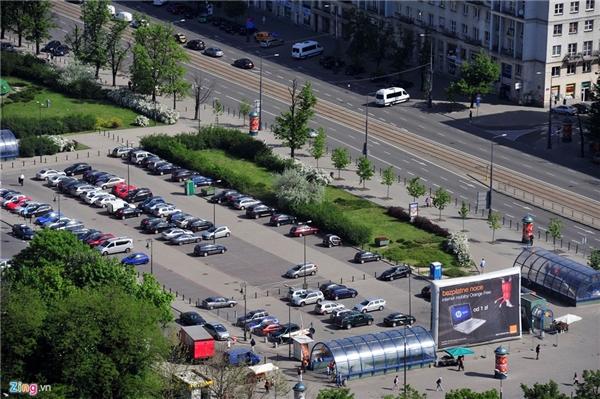 10. Ba Lan: Ngoài ra, mỗi thành phố ở châu Âu đều có hàng trăm điểm trông giữ ôtô giúp người dân thuận tiện đi lại và làm việc. Trên hình ảnh là trung tâm thủ đô Warsaw (Ba Lan).