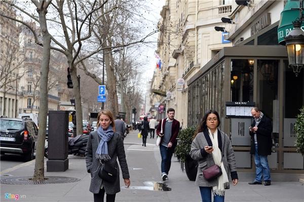 Tại thủ đô Paris (Pháp) cũng như Warsaw (Ba Lan), người dân chịu khó đi bộ hàng cây số. Đương nhiên ở các nước văn minh như châu Âu, vỉa hè luôn rộng, thoáng và không bị lấn chiếm bởi các hàng quán hay xe cộ xếp bừa bãi như tại Việt Nam.