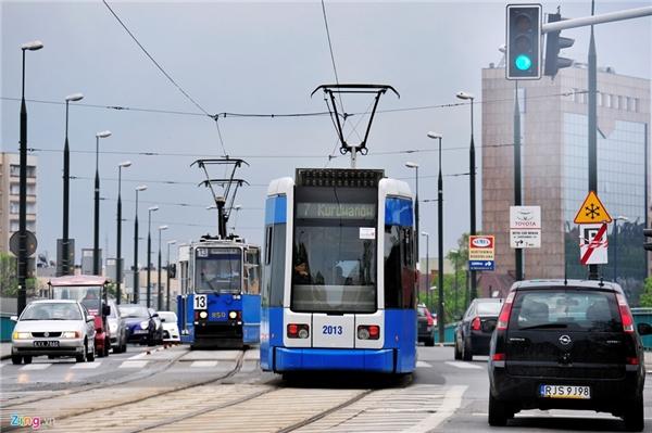 Các thành phố như Warsaw, Krakow (Ba Lan), tàu điện vẫn hoạt động leng keng giữa hai làn xe hơi. Quốc gia Đông Âu này có hệ thống xe lửa, xe bus toàn diện, xe điện bánh hơi, xe điện ngầm có mặt ở nhiều thành phố, thị trấn. Giá vé và dịch vụ khá tốt, có thể đi lại xung quanh tiện lợi.