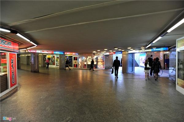 Tại trung tâm thủ đô Warsaw, hệ thống hầm bộ hành đông vui nhộn nhịp với nhiều cửa hàng kinh doanh như trên đường phố.