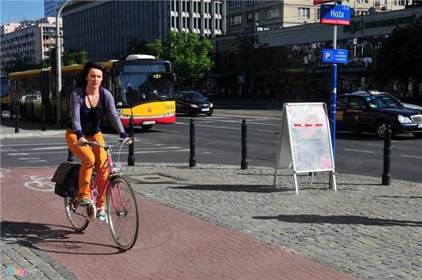 Người đi xe đạp ở Ba Lan sẽ di chuyển trên vỉa hè thay vì lòng đường như ở nhiều quốc gia khác. Chuyện tắc đường cũng vẫn luôn xảy ra ở các cửa ngõ thành phố vào mỗi khung giờ tan tầm.