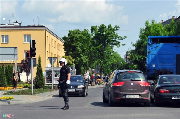 Cảnh sát giao thông ở Ba Lan mặc trang phục màu tối. Lực lượng này thường chỉ xuất hiện nhiều ở các cửa ngõ ven đô. Họ dùng tay không đeo găng điều khiển, hướng dẫn các phương tiện mà không cầm dùi cui như cảnh sát giao thông ở nhiều nước khác.
