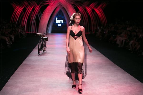Siêu mẫu Minh Tú giữ vai trò mở màn cho phần trình diễn này. Cô diện bộ trang phục theo mốt váy ngủ kết hợp cùng khăn voan dài tông đen ấn tượng.