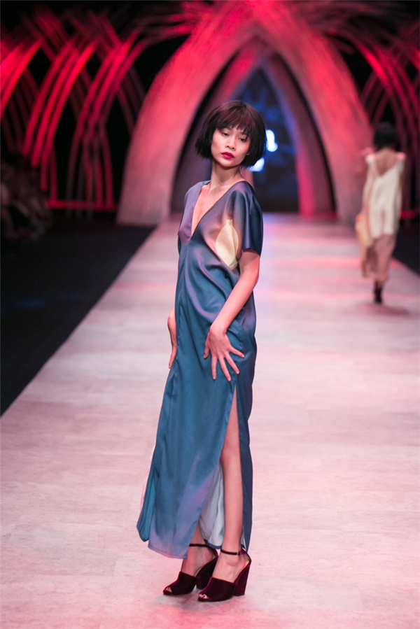 Màu sắc trong bộ sưu tập lần này của Li Lam cũng đa dạng hơn như: xanh, hồng, tím, xám, đỏ.