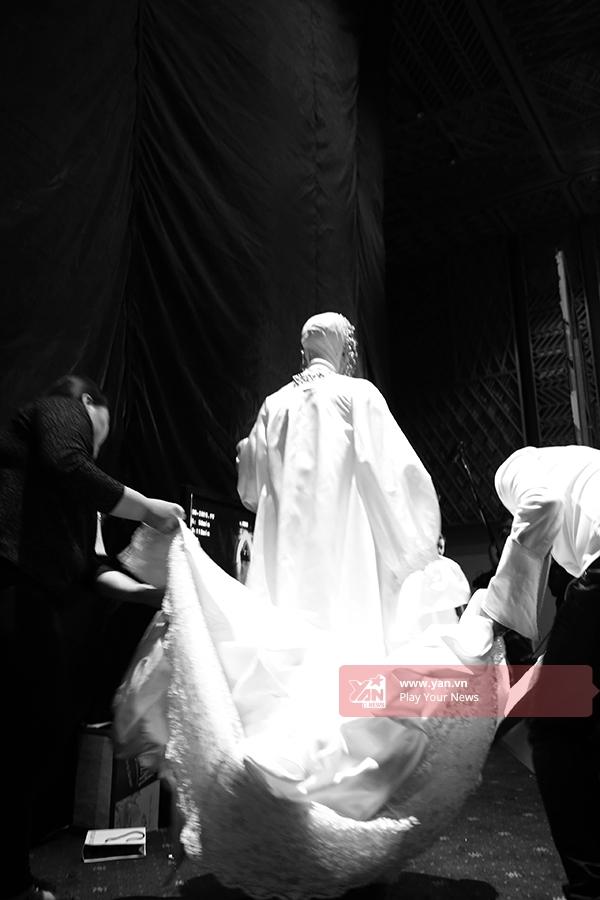 Mê đắm những khoảnh khắc bình dị của người mẫu phía sau sàn diễn