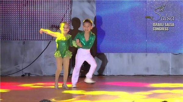 Phong thái biểu diễn tự tin của cặp thần đồng nhảy múa. (Nguồn: Internet)