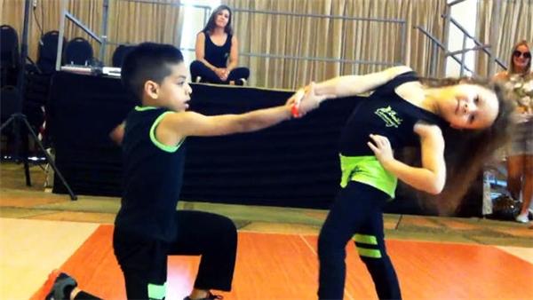 Những động tác nhảy điêu luyện của cặp vũ công nhí. (Nguồn: Internet)