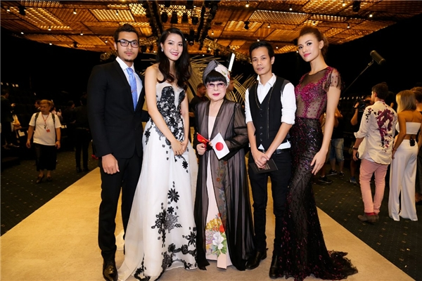 Vũ Tuấn Việt, Thùy Dung, nhà thiết kế Hoàng Hải và Hồng Quế chụp ảnh lưu niệm cùng nhà thiết kế Nhật Bản - Yumi Katsura.