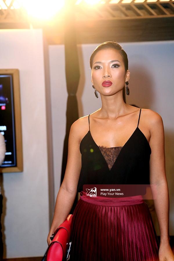 Lần về nướcnày, cô cũng không tham gia các sự kiện, chỉ góp mặt ở đêmdiễn của nhà thiết kế Li Lam để ủng hộ người bạn thân lâu năm. - Tin sao Viet - Tin tuc sao Viet - Scandal sao Viet - Tin tuc cua Sao - Tin cua Sao