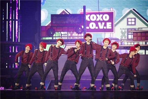 """Là nhóm nhạc sở hữu lượng fan hùng hậu nhất Kpop hiện nay, EXO đồng thời cũng là cái tên khiến nhiều người """"nóng mặt"""" nhất. Dễ dàng đạt được thành công, phá vỡ kỉ lục, nổi tiếng nhờ nhan sắc thay vì tài năng,… là một trong những lí do khiến """"gà cưng"""" SM bị chỉ trích."""