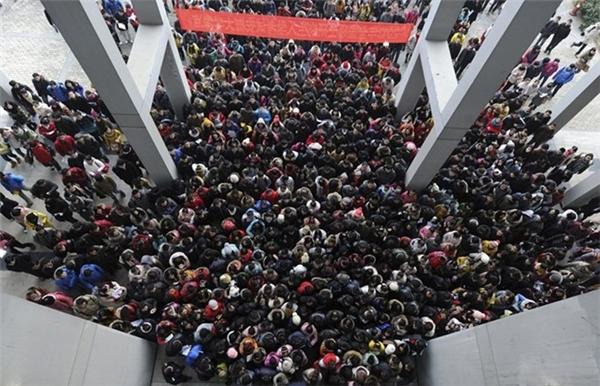Các thí sinh xếp hàng chuẩn bị bước vào một kỳ thi cao học ở Trung Quốc. Có khoảng 1,8 triệu thí sinh đã tham gia kỳ thi này vào năm 2013.