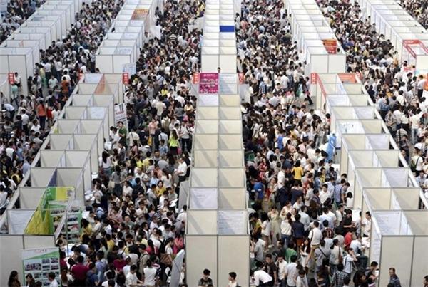 Hàng ngàn người tìm kiếm việc làm tại Trùng Khánh.