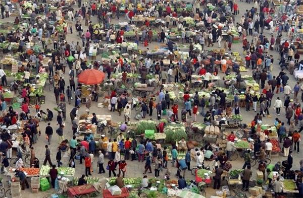 Người người tấp nập mua bán ở một khu chợ buổi sáng ở Bắc Kinh.