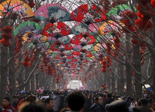 Những ngày đầu năm mới ở Bắc Kinh, người dân chen chúc đi lại dưới con đường được trang trí bằng quạt và đèn lồng.