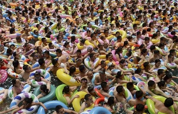 Vào mỗi khi đến hè, bãi biển Đại Liên của tỉnh Liêu Ninh lại đông nghịt người.