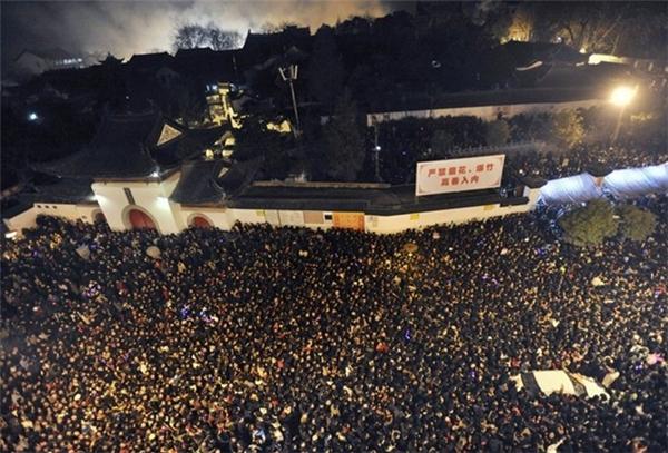 Người dân chờ đợi bên ngoài chùa Guiyuan ở Vũ Hán trong ngày mùng 5 Tết.