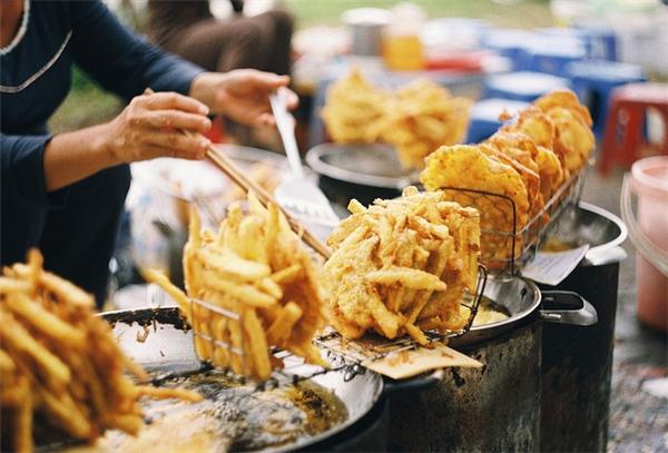 Bánh khoai, bánh chuối, bánh ngô được bán dọc các con đường, vỉa hè với giá 5.000 - 10.000 đồng/chiếc. (Ảnh: Internet)