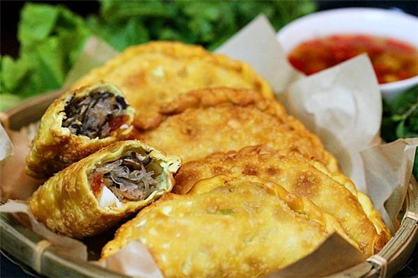 Bạn có thể tìm mua bánh gối nổi tiếng tại Hà Nội ở Lý Quốc Sư, Hoàng Tích Trí, Hàng Chiếu... với giá dao động từ 7.000 - 10.000 đồng/chiếc. (Ảnh: Internet)