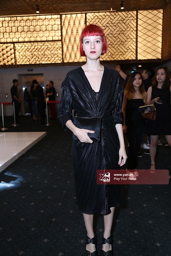 Một sinh viên thời trang Pháp diện bộ váy đen với chất liệu cùng những đường gấp tinh tế, độc đáo. Cô cũng là người có bộ sưu tập trình diễn trong Tuần lễ Thời trang Quốc tế Việt Nam năm nay.