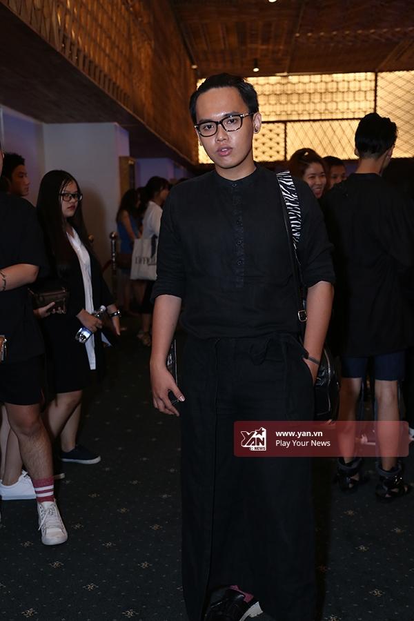 Nhiếp ảnh gia Hoàng Phúc diện cả cây đen kết hợp sơ mi cổ đứng cùng quần váy mang âm hưởng thời trang Nhật Bản.