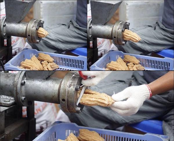 Bánh ngũ cốc được người dân làm ngay tại cửa nhà, đóng gói và bán cho các du khách cónhu cầu.(Ảnh: Internet)