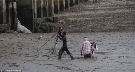 Lúc đầu, anh hỗ trợ đôi vợ chồng bằng cách mang máy ảnh, ba lô và các vậtdụng khác lên bờ, sau đó quay lại tìmcách kéo người vợ lên trước. (Ảnh: Internet)
