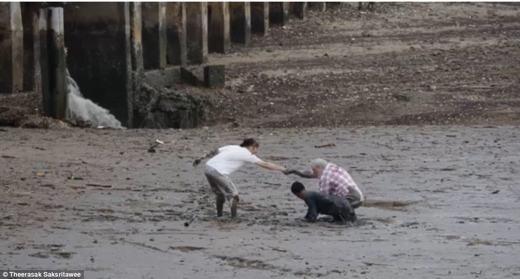 Tiếp theo đó, người đàn ông to lớn cũng đứng lên cơ thểanh và thoát nạn. Điều đặc biệt là sau khi cứu người, anh đã vui vẻ chàotạm biệt và quay ra bờ biển với chiếc thuyền nhỏ mà không cần một sự đền đáp nào. (Ảnh: Internet)