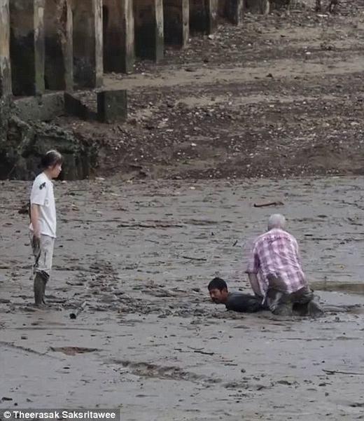 Cảm động ngư dân lấy thân mình làm bàn đỡ cứu người khỏi hố sình