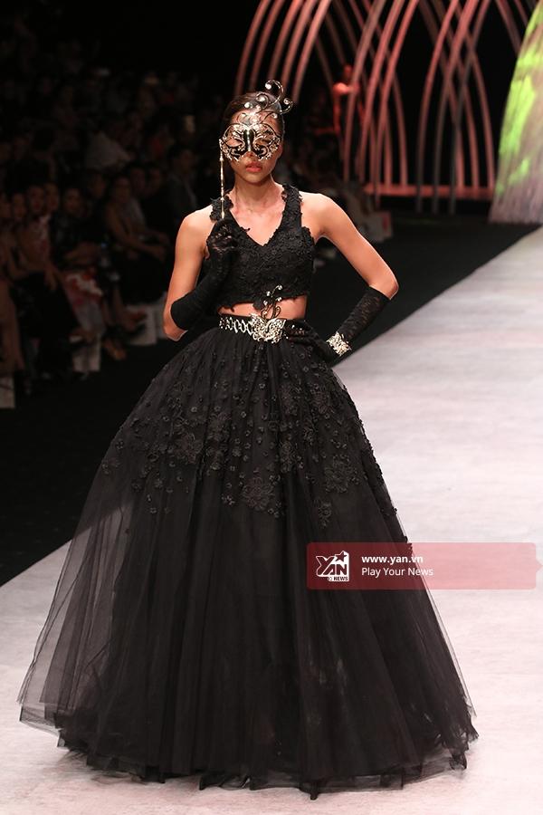 Minh Triệu diện bộ váy đen bồng xòe kết hợp áo hở eo cùng chân váy. Chân dàiđeo mặt nạ vàng ấn tượng, kiêu kì như những quý cô phương Tây trong đêm vũ hội.