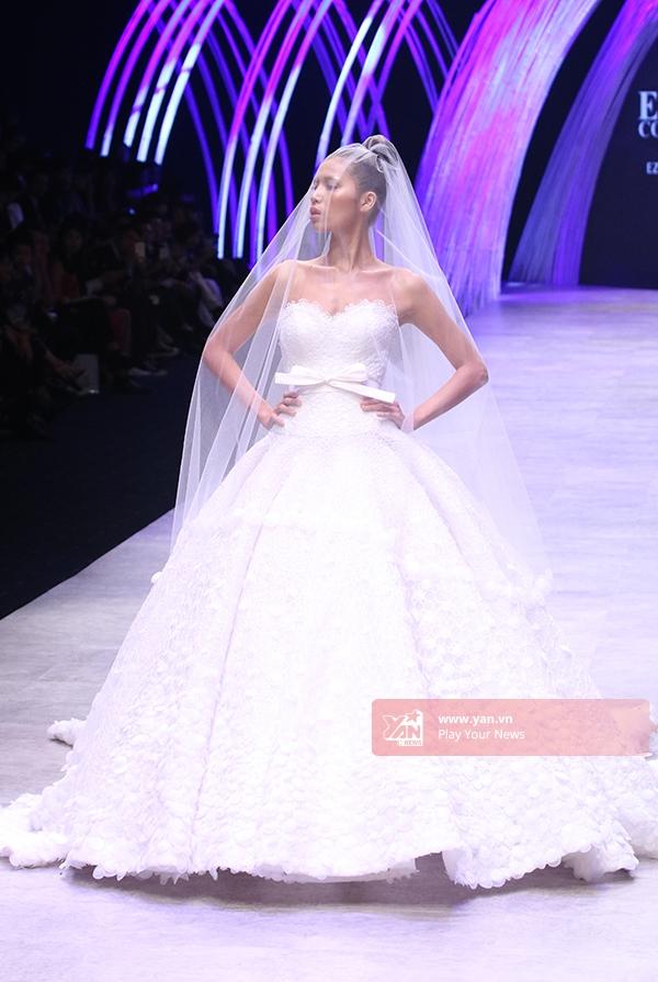 Minh Tú giữ vai tròquan trọng cho bộ sưu tập này. Cô diện bộ váy xòe trắng cúp ngực gợi cảm, lộng lẫy như một nàng công chúa bước ra từ chuyện cổ tích. Những bước đi của cô khiến khán giả vô cùng thích thú.