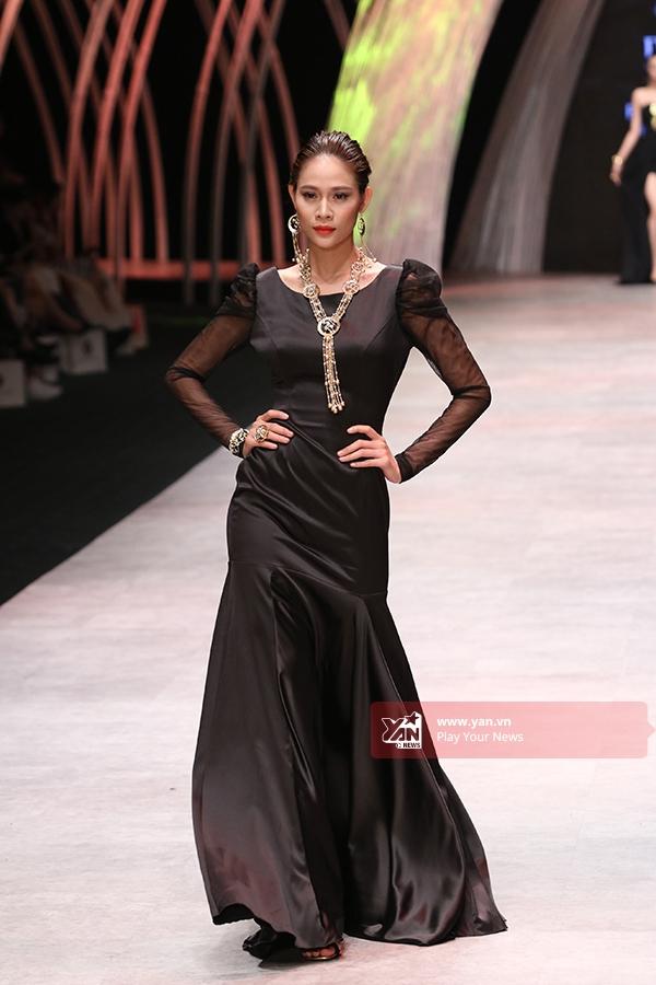 Minh Triệu, Trương Thị May đọ dáng trong trang phục cầu kì