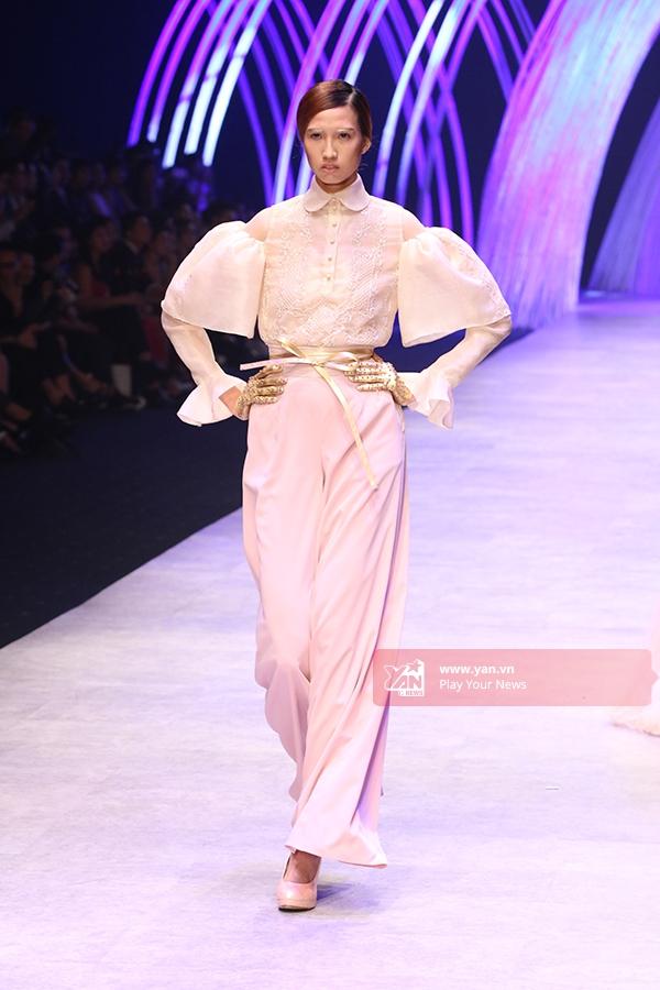 Chân dài Hồng Xuân diện trang phục kết hợp giữa quần ống loe cạp cao cùng áo tay chuông cổ điển.