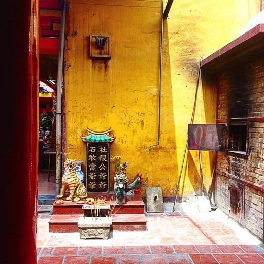 Làm sao quên được lò gạch cũ, tường vàng, miếu thờ nho nhỏ đúng chất Trung Hoa ở Chợ Lớn? (Nguồn IG @allsfine)