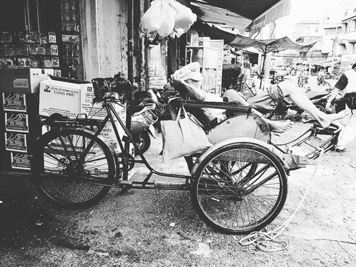 Chợ Lớn vỗ về giấc ngủ trưa vội vàng trên chiếc xích lô cũ.(Nguồn IG @nhatquang248)