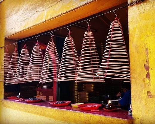 Những khoanh nhang xếp cạnh nhau như những chiếc đèn lồng.(Nguồn IG @urban_tales_cholon)