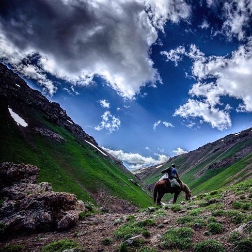 ĐếnKyrygzstan, người ta có cảm giác như chỉ cần chinh phục những dốc núi xanh cỏ kia là có thể chạm tay vào bầu trời xanh ngắt bên trên. (Nguồn IG @jeremyullmann)