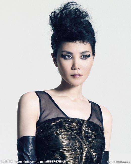 Khi gia nhập ngành giải trí, nghệ danh của Vương Phi là Vương Tĩnh Văn và cho ra mắt rất nhiều ca khúc, album khá thành công nhưng lại không thể vươn lên hàng Thiên Hậu. Cuối cùng, cô quyết định đổi lại tên cũ là Vương Phi và nhanh chóng nổi tiếng khắp châu Á.