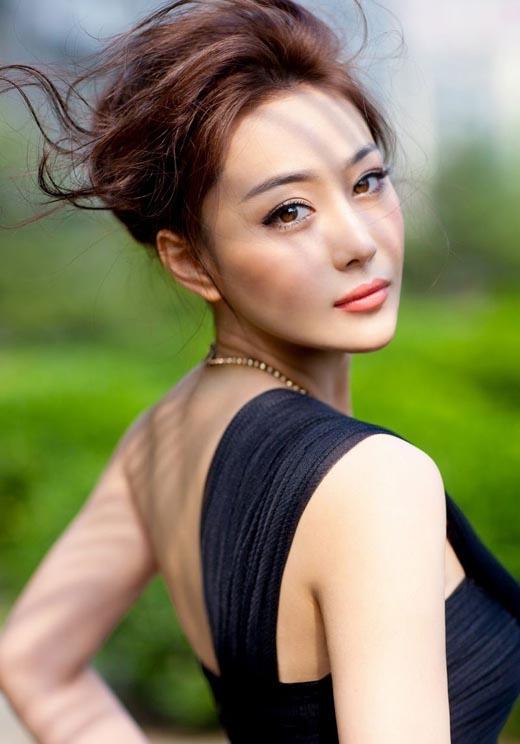 """Tên thật của Trương Hinh Dư là Trương Yến,là hotgirl mạng nổi tiếng của Trung Quốc với biệt danh """"Bảo bối bóng đá"""". Sau này cô nàng đổi tên thành Trương Hinh Dư và thành công khi chuyển mình từ hotgirl sang diễn viên nổi tiếng của Hoa ngữ với nhiềutác phẩm nổi tiếng."""